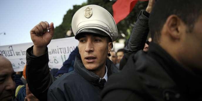 Un policier participant à la manifestation du 22 janvier, à Tunis