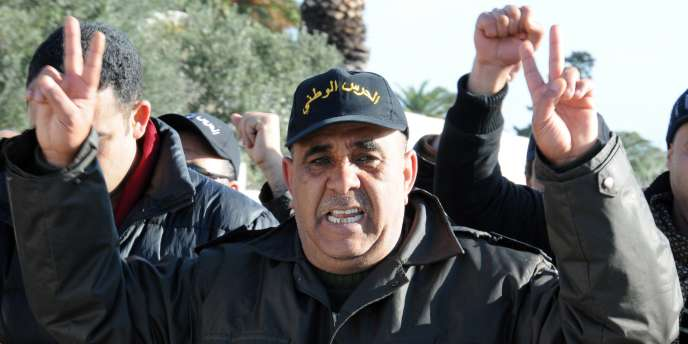 De nombreux policiers en civil ou en uniforme, dont quelques motards juchés sur leurs machines, défilaient dans le centre de la capitale, se disant «des Tunisiens comme les autres», pour réclamer la création d'un syndicat de police.