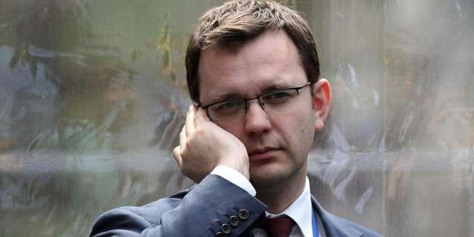Le directeur de la communication du Premier ministre britannique, soupçonné d'avoir encouragé des écoutes téléphoniques illégales lorsqu'il travaillait dans la presse, aurait continué à être payé par Murdoch après sa démission.