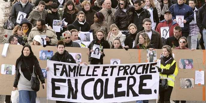 Des personnes participent, le 24 janvier 2011 à Saint-Nazaire, à une marche silencieuse en l'honneur de Laetitia Perrais, 18 ans, disparue à Pornic.