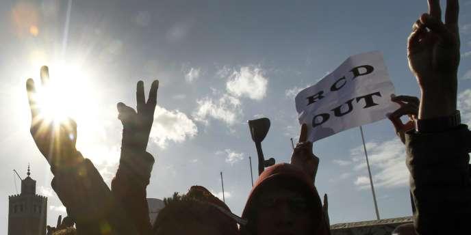 Des manifestants réclament le départ des ministres issus du RCD, à Tunis, le 21 janvier.