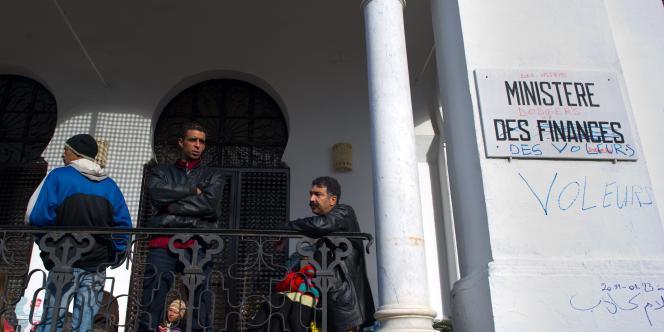 Lundi matin 24 janvier, des manifestants tunisiens faisaient le siège du ministère des finances pour exiger le départ de tous les anciens membres de la dictature de Ben Ali du gouvernement provisoire.