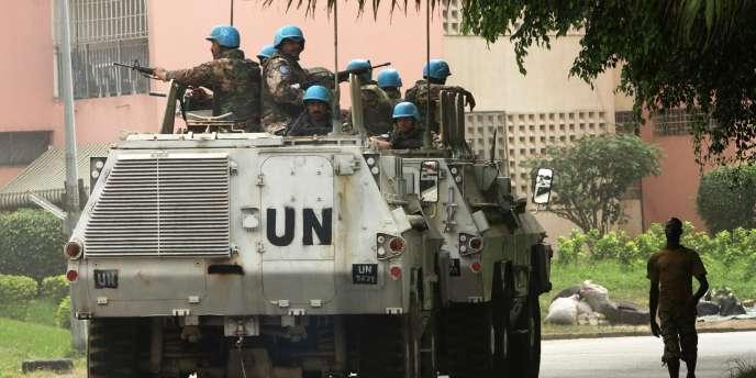 Patrouille de l'ONU à Abidjan, le 13 janvier 2011.