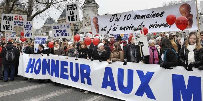 Les manifestants, dont des prêtres et des pasteurs, étaient venus de toute la France, à l'occasion du 36e anniversaire de la loi qui a légalisé en France l'avortement et dont ils réclament l'abrogation.