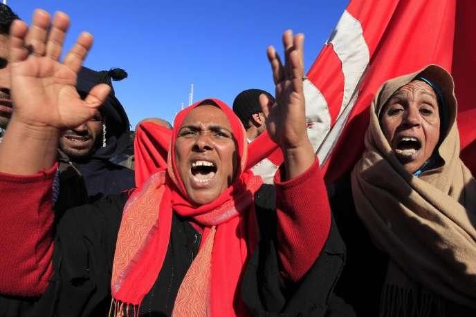 Des manifestants devant les bureaux du premier ministre à Tunis, dimanche 23 janvier.