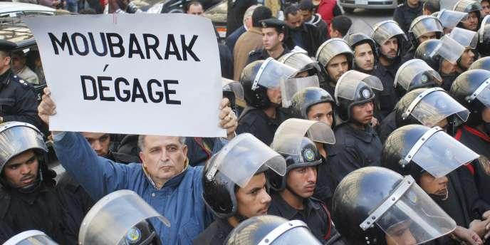 Un manifestant égyptien brandit une pancarte en français lors de manifestations hostiles au pouvoir au Caire le 25 janvier 2011.
