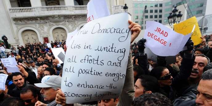 Les partisans du gouvernement de transition ont défilé pour la première fois dans Tunis, mardi 25 janvier.