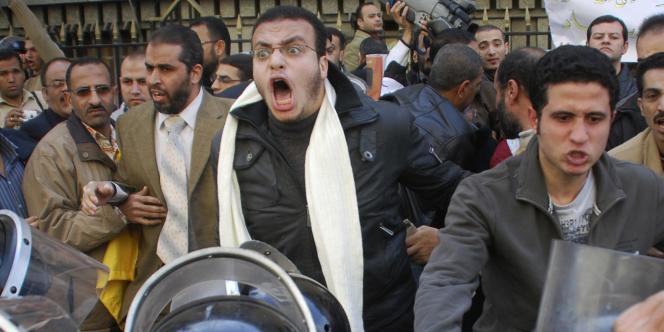Des Egyptiens s'opposent à la police anti-émeute lors de manifestations contre le pouvoir au Caire le mardi 25 janvier 2011.