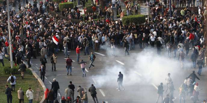 Des policiers égyptiens tentent de disperser des manifestants anti-Moubarak, mardi 25 janvier.