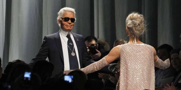 Le créateur Karl Lagerfeld clôture son défilé pour Chanel, le 25 janvier 2011 à Paris, lors de la Semaine de la mode.