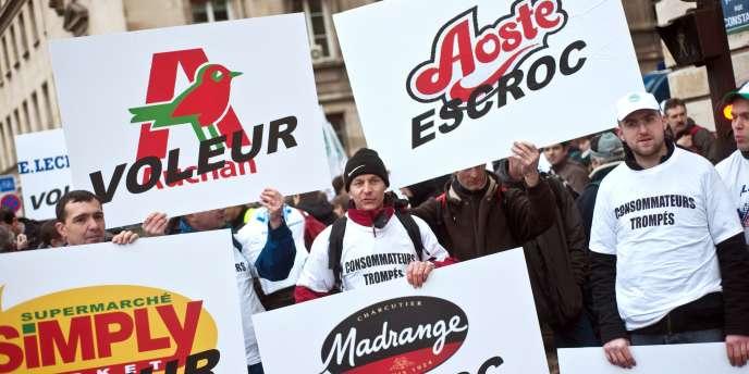 Manifestant à Paris devant les Invalides, les éleveurs de porcs s'en sont pris à la grande distribution et aux grandes marques agroalimentaires, qui ne garantissent pas à leur filière des revenus suffisants.