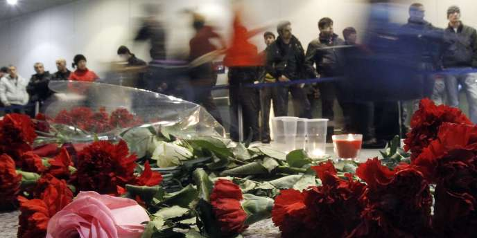 Les Russes continuaient de déposer des fleurs et des cierges sur les lieux de l'attentat-suicide.