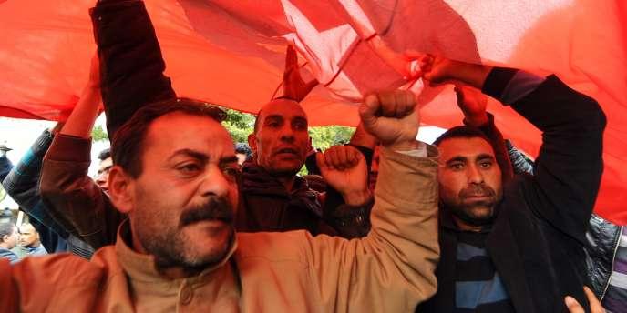 Des centaines de manifestants réclament la démission du gouvernement de transition.