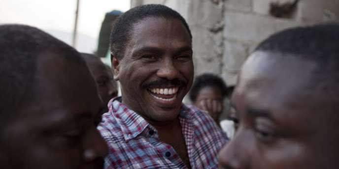 Jude Célestin, entouré de ses partisans à Port-au-Prince, lundi 10 janvier 2011.