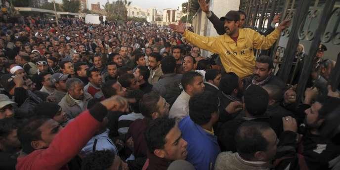 Des milliers d'Egyptiens ont bravé l'interdiction de manifester, mercredi 26 janvier.