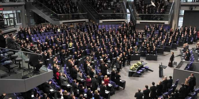 Zoni Weisz, un Rom néerlandais dont la famille a été presque entièrement exterminée par les nazis, a été longuement applaudi dans l'enceinte du Bundestag.