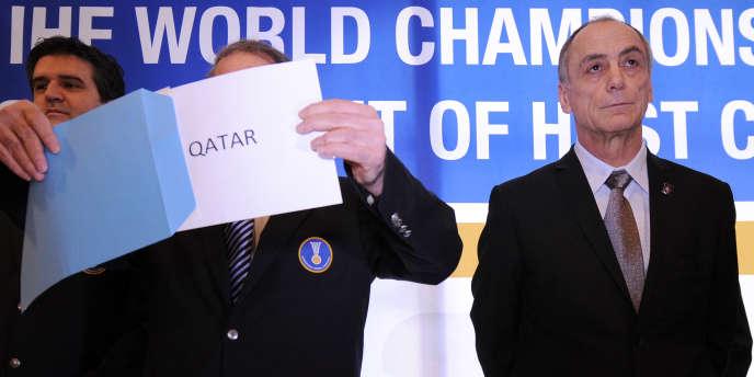 Joël Delplanque (à droite) tente de garder son calme alors que le président de la Fédération internationale dévoile le nom du Qatar comme hôte du Mondial 2015.