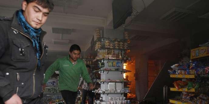 Un kamikaze s'est fait exploser, vendredi 28 janvier, dans un supermarché du centre de Kaboul fréquenté par des étrangers.