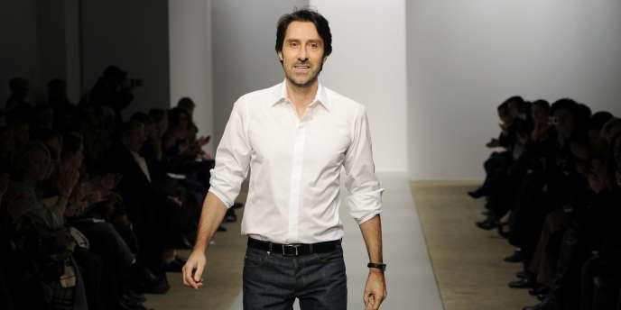 Le créateur de mode Christophe Josse à la fin de son défilé à Paris, le 24 janvier 2011.