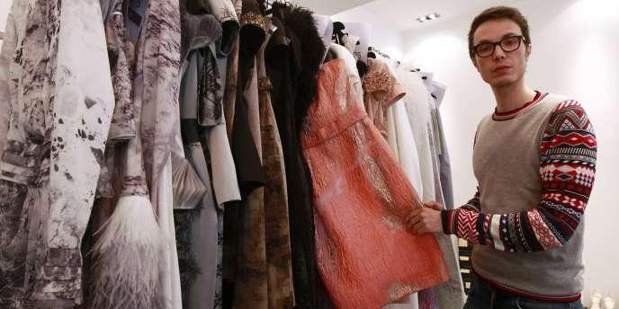 Le jeune créateur de mode Maxime Simoëns dans son atelier à Paris, le 20 janvier 2011.