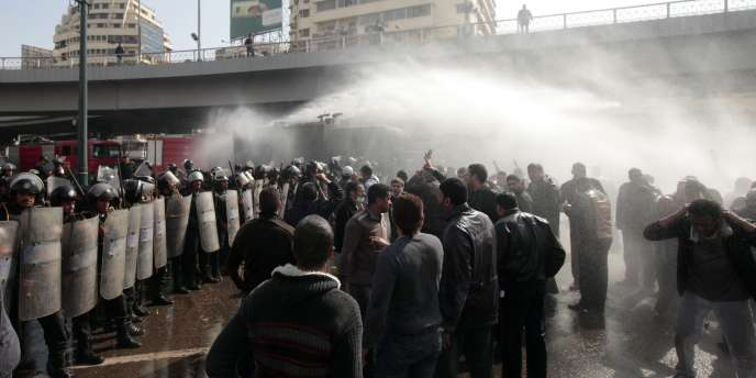 Au Caire, les policiers tentent de disperser des manifestants, vendredi 28 janvier.