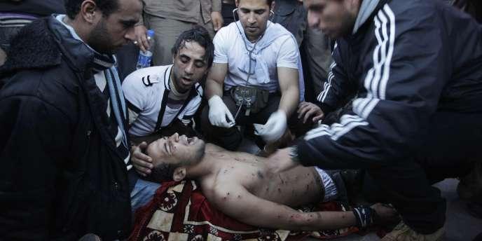 Un manifestant blessé au Caire, vendredi.