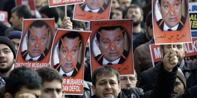 A Istanbul, devant la mosquée Fatih, des manifestants brandissent le portrait du président égyptien, barré d'une croix :