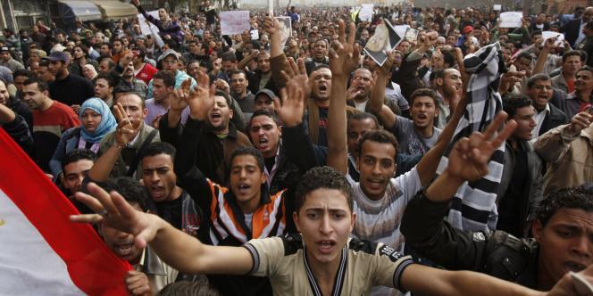 Des manifestants demandent le départ de Hosni Moubarak, samedi 29 janvier, au Caire.