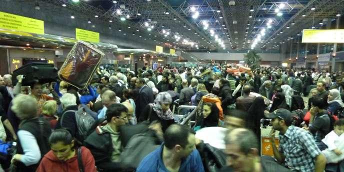 Vue de l'aéroport international du Caire le 30 janvier, où de nombreux étrangers tentaient de quitter l'Egypte.