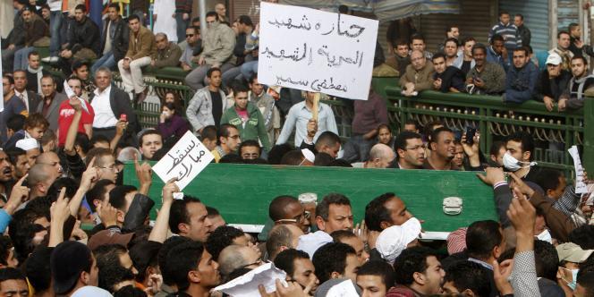 Funérailles d'un membre des Frères musulmans, tué vendredi au Caire. La confrérie est restée très discrète lors des obsèques, samedi 30 janvier, et a pris soin de ne pas faire de sa mort une cause politique.