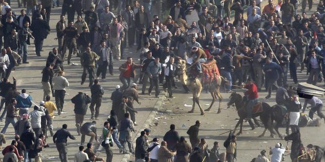 Affrontements sur la place Tahrir entre partisans du président Moubarak et opposants.
