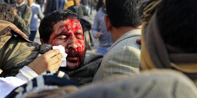 Un blessé est pris en charge place Tahrir.