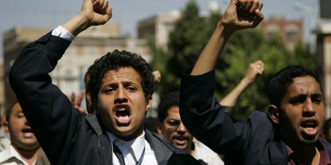 Des manifestants défilent dans les rues de Sanaa, au Yémen, pour réclamer le départ du président Saleh, le 29 janvier.