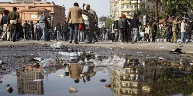 Pro et anti-Moubarak se font face place Tahrir.