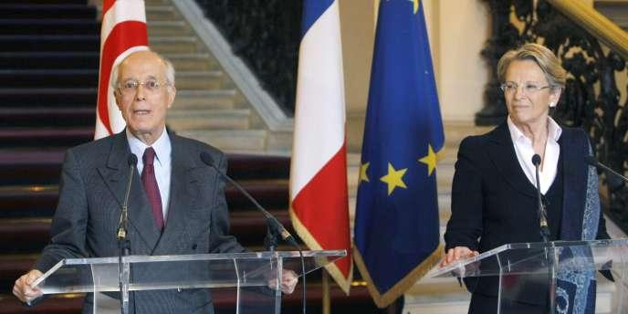 Après un déjeuner de travail avec la chef de la diplomatie française Michèle Alliot-Marie, son homologue Ahmed Abderraouf Ounaïs n'a pas tari d'éloges sur son hôte.