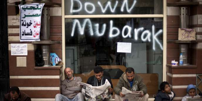 Des manifestants anti-Moubarak lisent la presse, samedi 5 février.