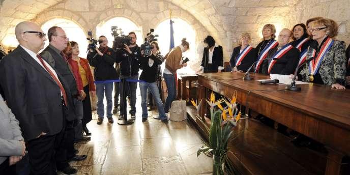 La maire de Montpellier Hélène Mandroux procède à la célébration symbolique d'un mariage entre deux hommes, le 5 février.