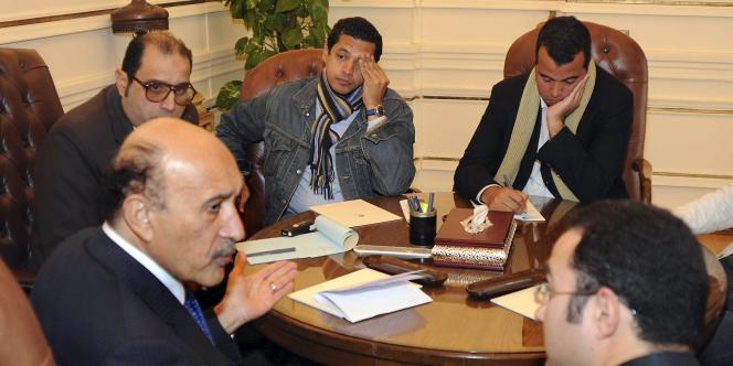 Le vice-président Souleiman lors de sa rencontre avec des représentants de l'opposition, le 6 février.