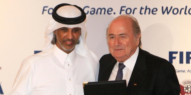 Sepp Blatter pose avec Hamad Bin Ahmed Al-Thani, président de la Fédération de football du Qatar, le 16 décembre 2010.