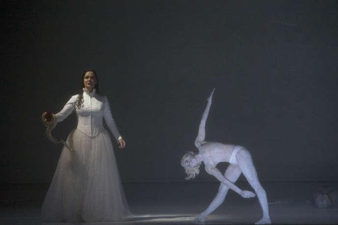 Une mise en scène saisissante et hallucinatoire de Romeo Castellucci au Théâtre de la Monnaie à Bruxelles.