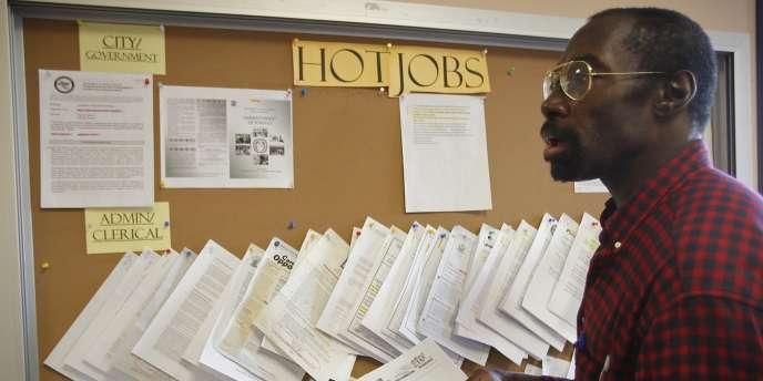 Au fil des mois, les statistiques positives du marché du travail l'ont presque fait oublier, mais si le taux de chômage recule au sein de la première économie mondiale, c'est péniblement.