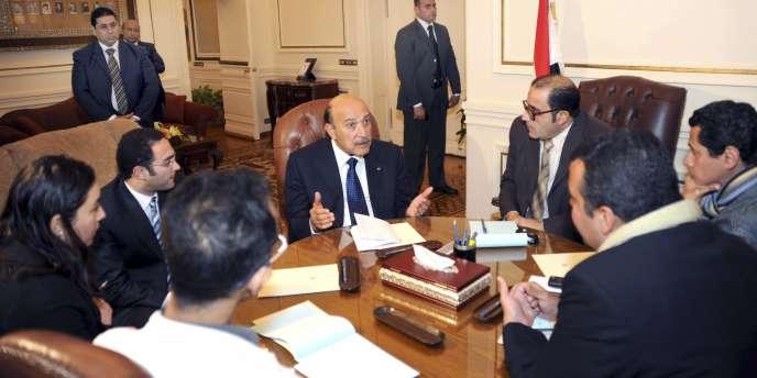 Le vice-président Souleiman lors de sa rencontre avec des représentants de l'opposition, dimanche 6 février.
