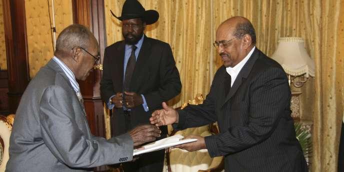 Le président de la Commission électorale sur le référendum au Sud-Soudan présente les résultats officiels au président Omar Al-Bachir.