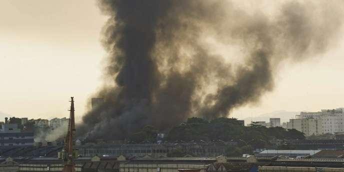Un incendie ravageait les ateliers des écoles de samba de Rio, lundi 7 février, quelques semaines avant l'organisation du carnaval.