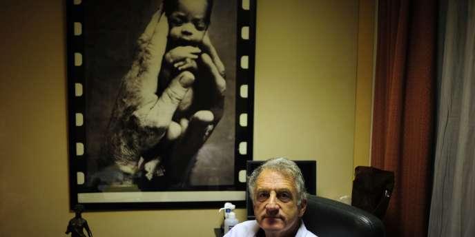 Le professeur René Frydman dans son bureau de l'hôpital Béclère à Paris, en novembre 2010.