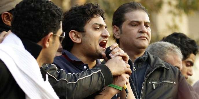 Waël Ghonim (au centre) s'adresse aux manifestants, place Tahrir, le 8 février 2011.