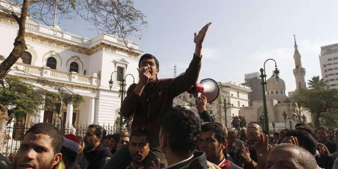 Manifestation d'opposants au régime de Hosni Moubarak, devant le Parlement égyptien, mercredi 9 février.
