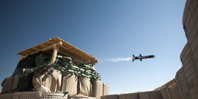 Des marines américains tirent un missile, le 8 février 2011.