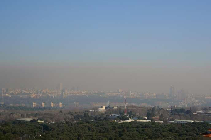 Un nuage de pollution au dessus de Madrid, en Espagne, en février 2011.