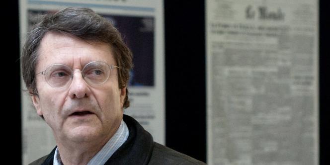 Erik Izraelewicz, devant le siège du journal